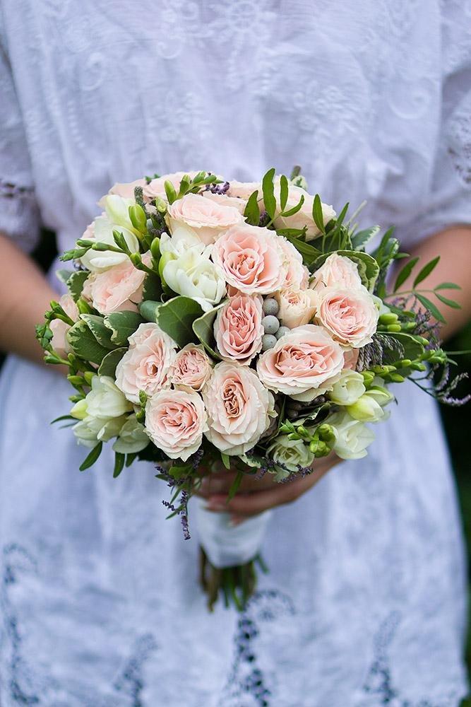 Свадебные букеты с кустовой розой