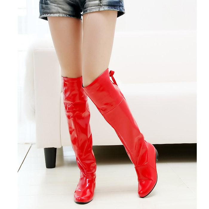 Ноги в красных сапогах фото