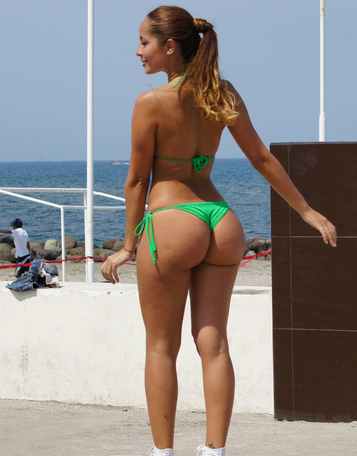 Задницы большие в мини бикини обнаженное фото