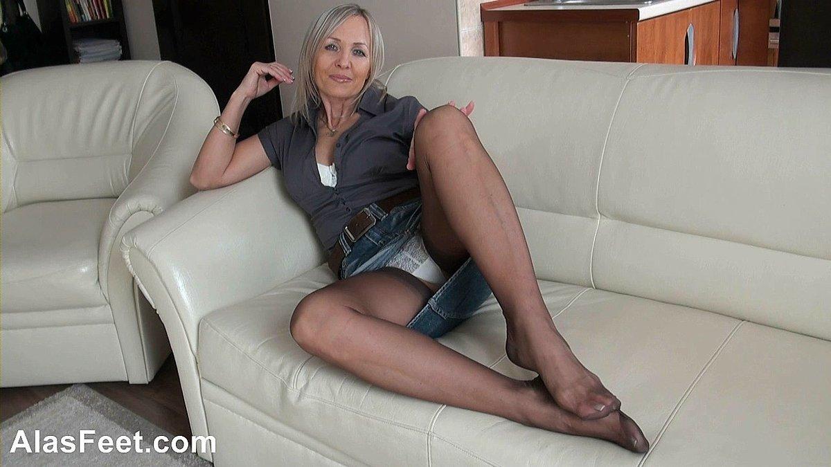 зрелая тетка мастурбирует дома - 3