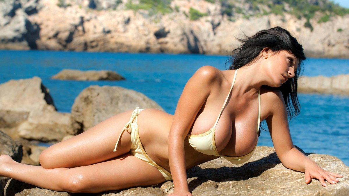 Большегрудая брюнетка в белом купальнике, фотографии голых попок худеньких девушек ретро