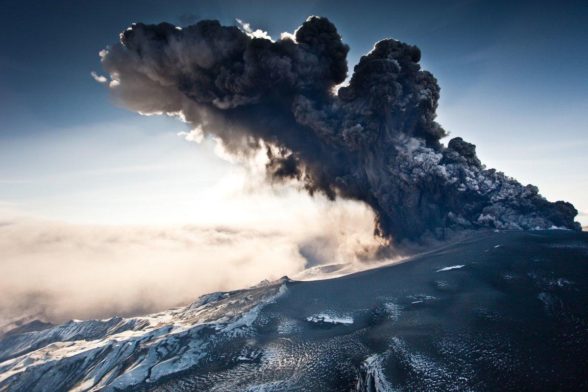 Камчатский вулкан Шивелуч выбросил столб пепла на 4 км