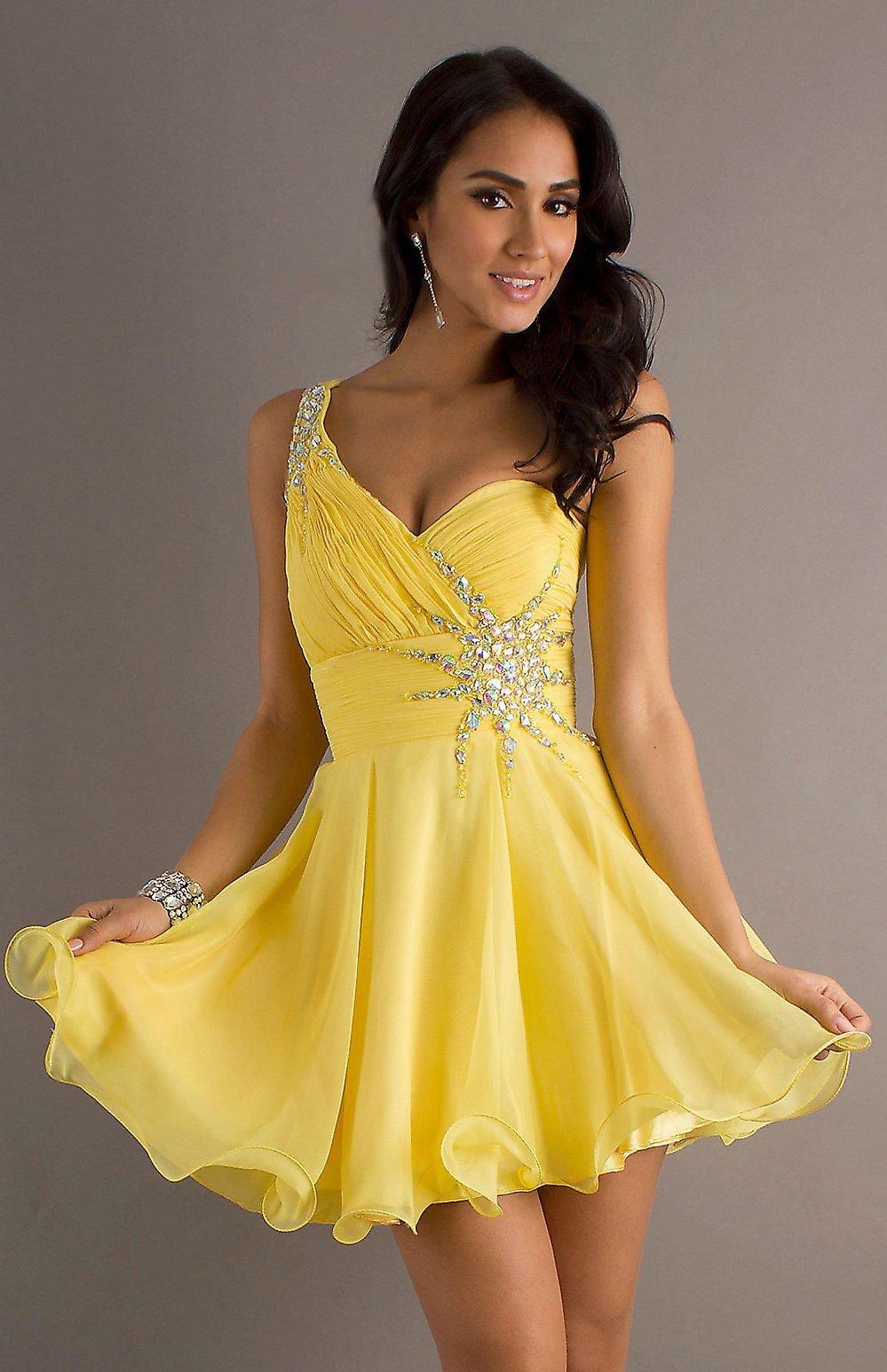 очень красивая девушка в желтом платье - 13