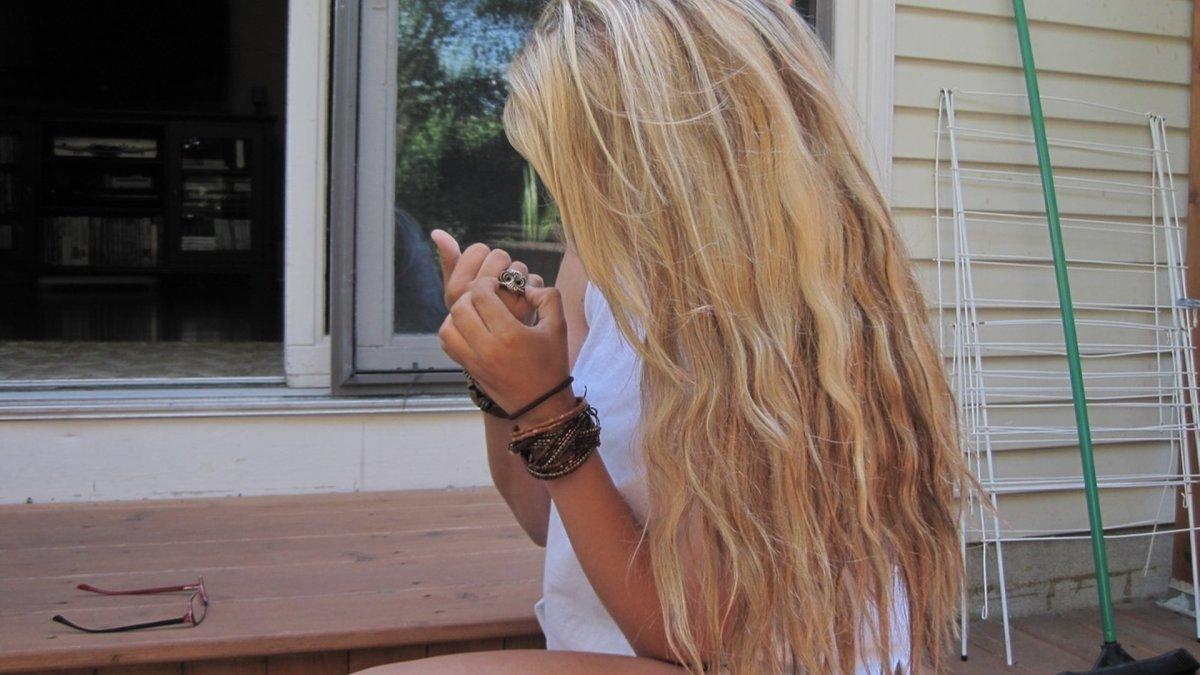 blondinki-s-dlinnimi-volosami-szadi