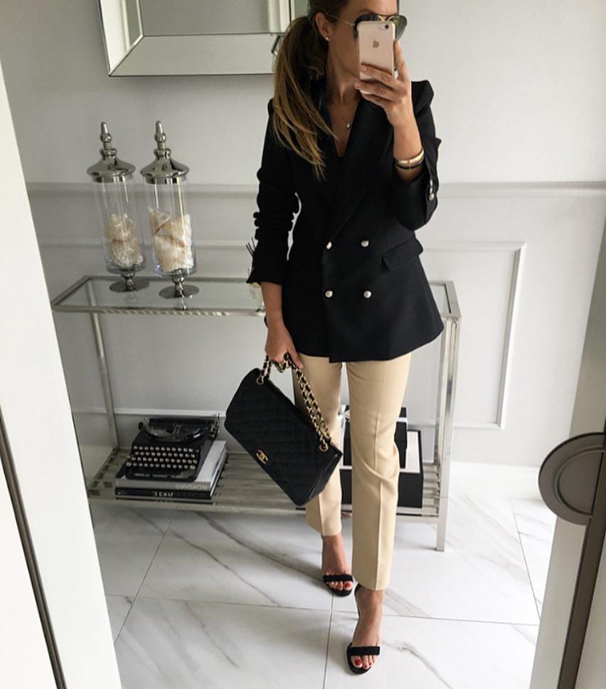 Бежевые брюки для делового стиля.