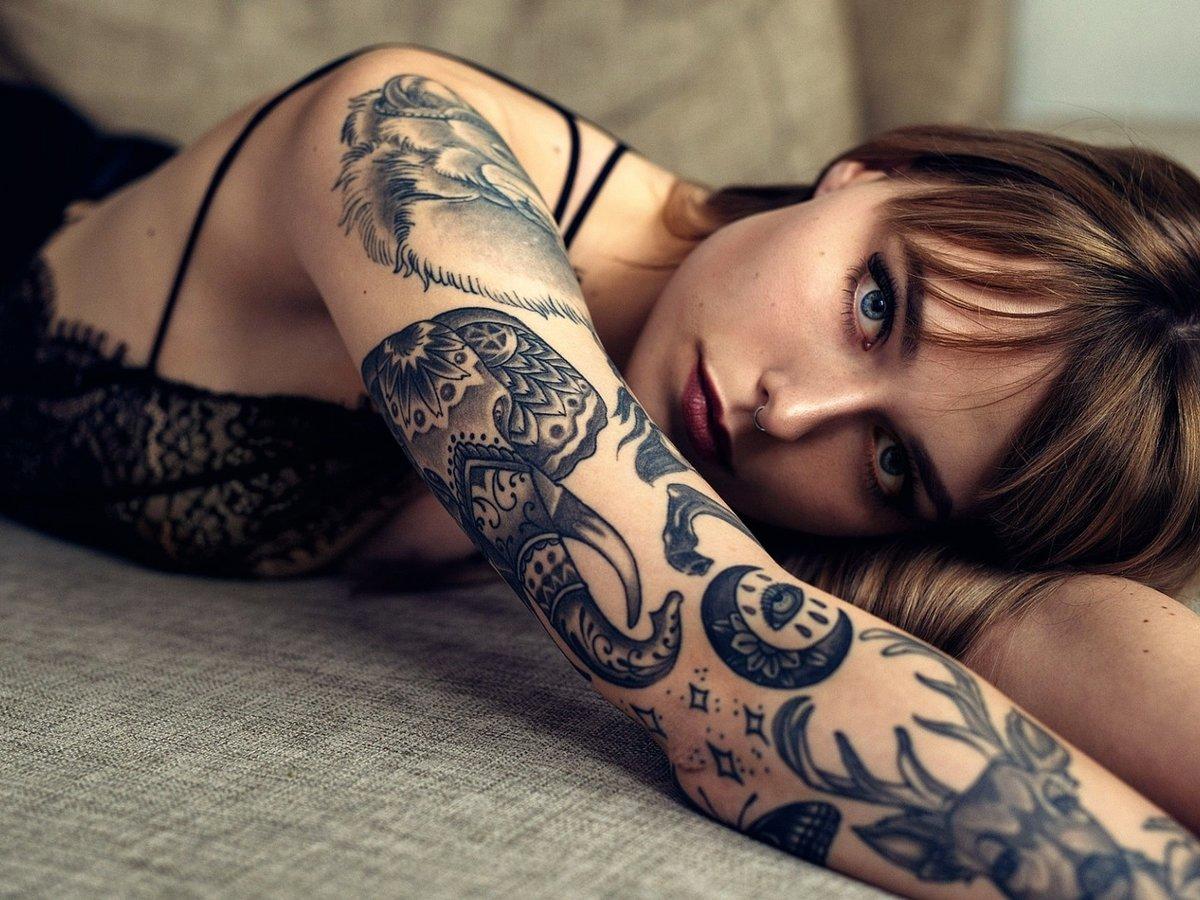 Красивые девушки фото с татуировкой #10