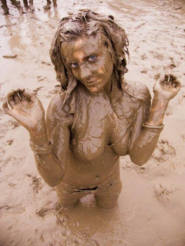 фото голых девушек в грязи