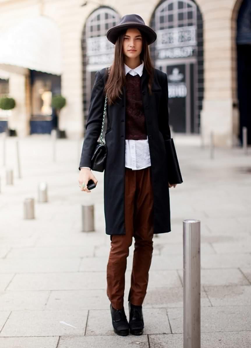 Черное пальто и коричневые ботинки фото