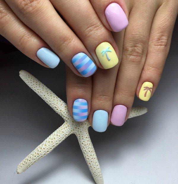 Красиво смотрится модный летний маникюр года с использованием контрастных оттенков – белого либо пастельных оттенков в сочетании с гл.