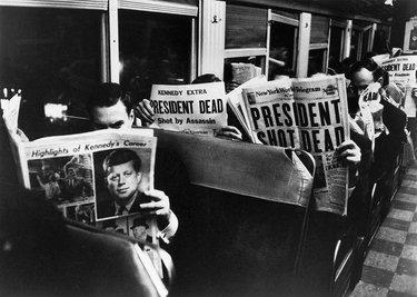 люди с газетами фото чб