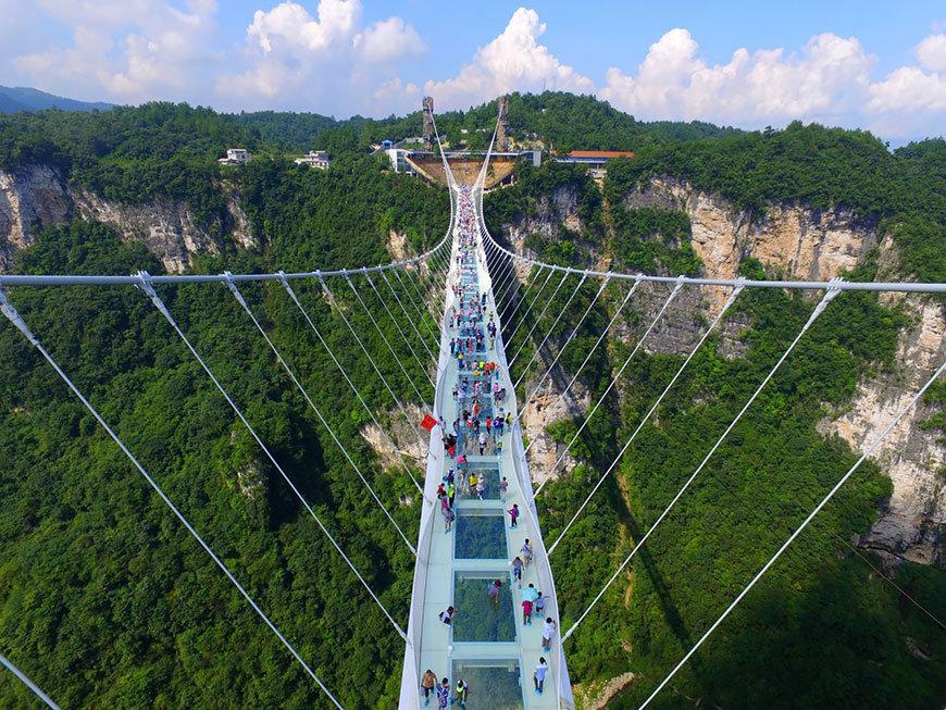 Предыдущий рекорд по длине среди стеклянных мостов также принадлежал китайскому мосту. Осенью 2015 года в Национальном парке Шинючжай был открыт мост длиной 300 метров, расположенный на высоте 180 метров. Он получил название \\Мост Героев\\.