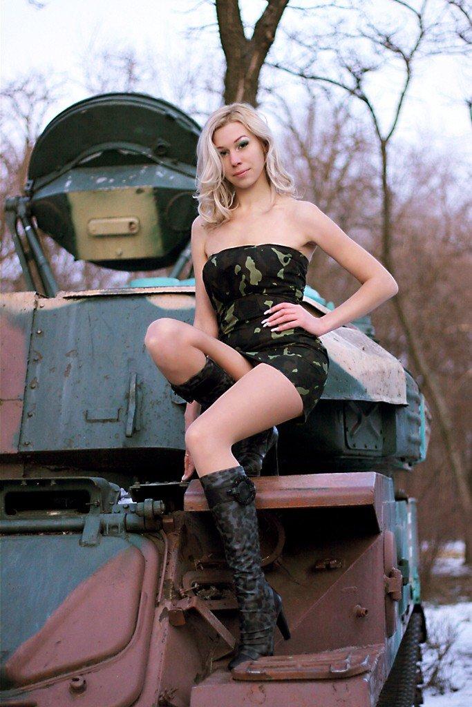 модели момент блондинка на танке фото хлев