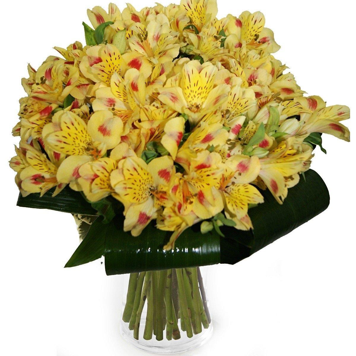 Букет из желтых роз и альстромерий