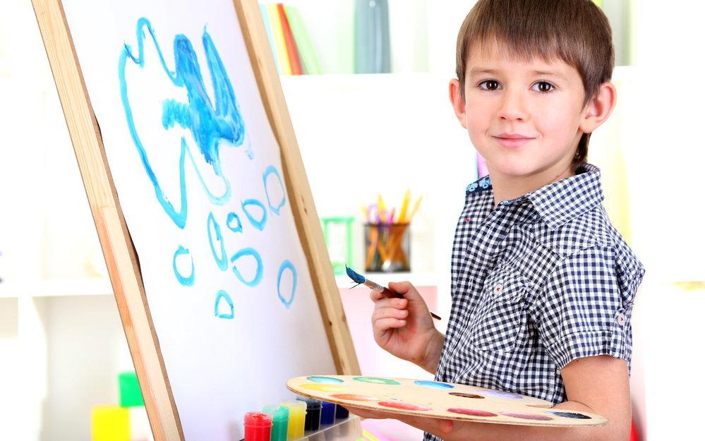 Картинка мальчик рисует для детей