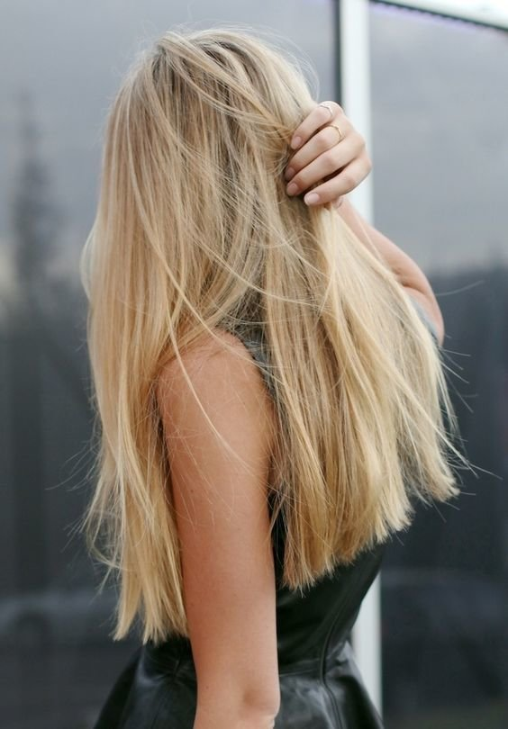 Девушка с длинными светлыми волосами сзади