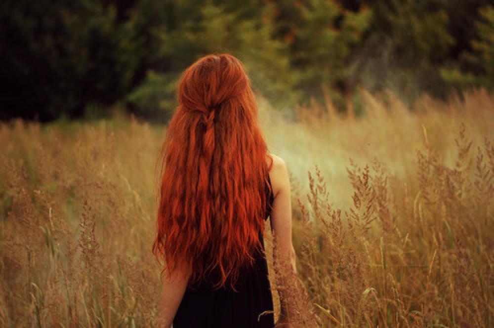 Голые кровати девушки со спины с рыжими волосами фетиш изврат