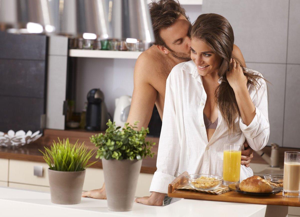 этого фото мужчины и женщины на кухне уже улице