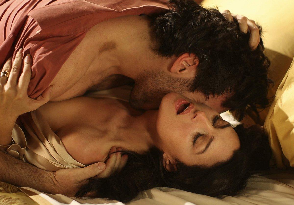 Страсть любовников в кровати, трахнул голую красотку