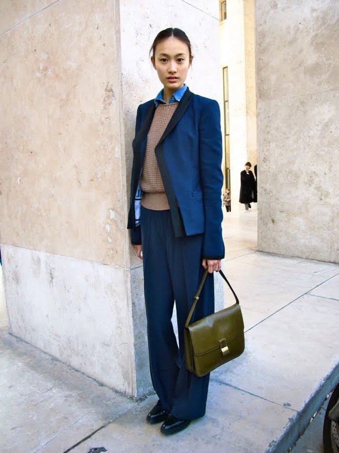 Темно синий костюм женский с чем носить фото