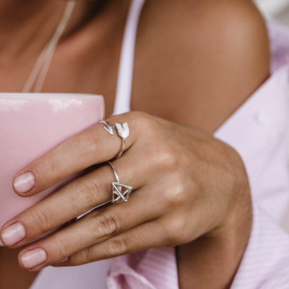 стенах платформ картинки красивая женская рука с кольцом интернете
