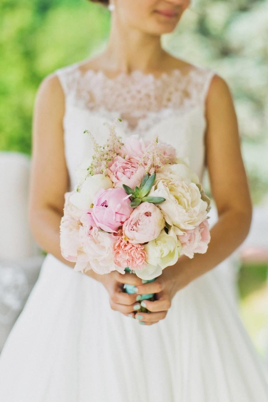 Нежный букет невесты из пионов и роз, букеты