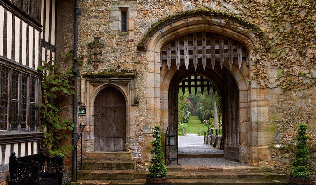 scottys castle courtyard - 1020×599