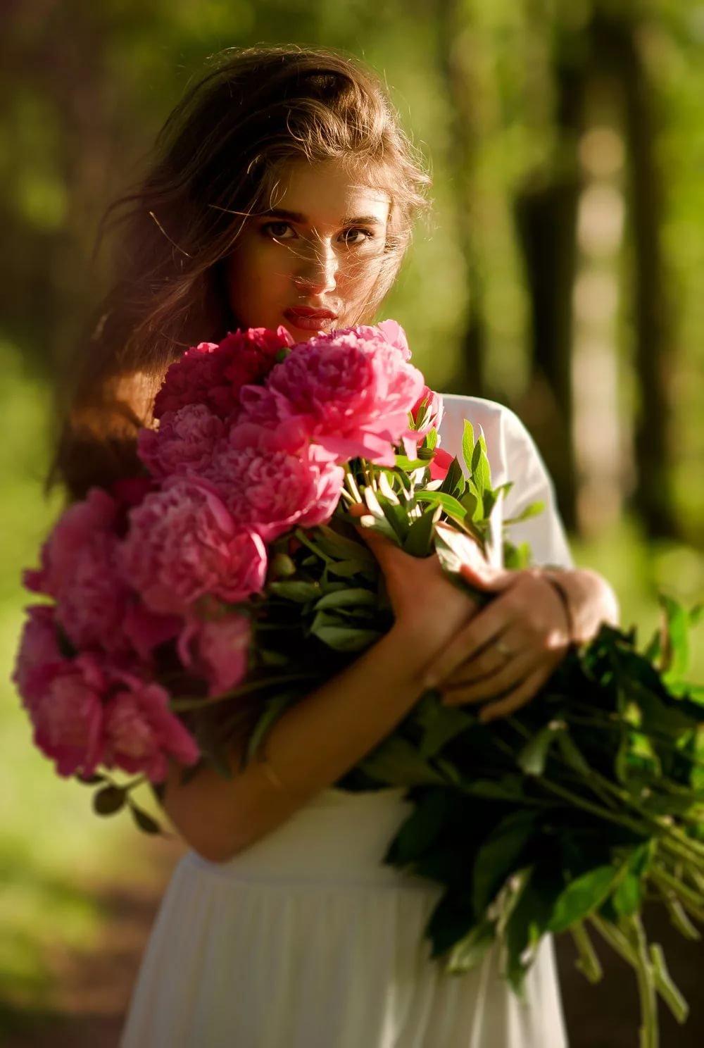 Картинки девушка с цветком в руке