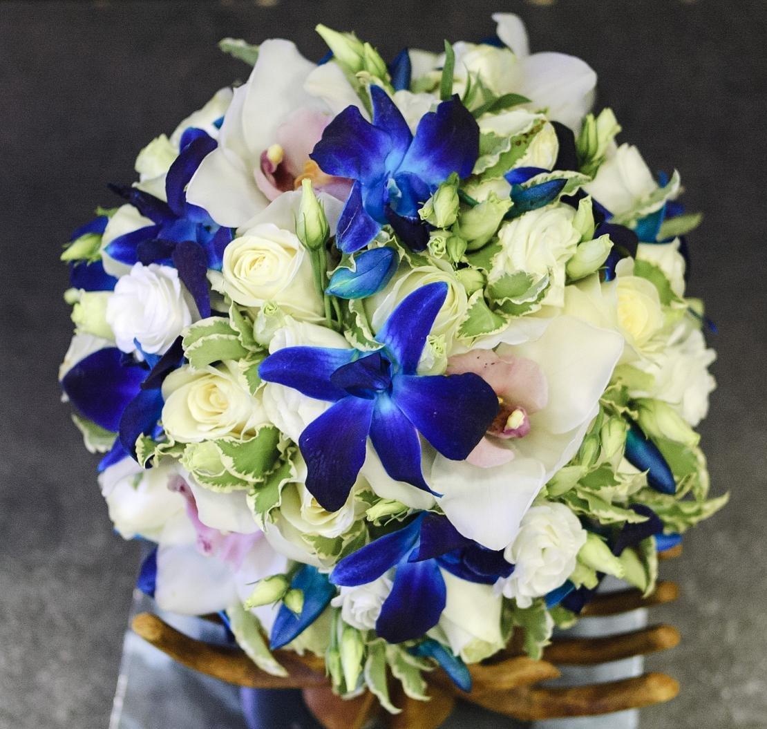 Свадебный букет синий белый, букет розами