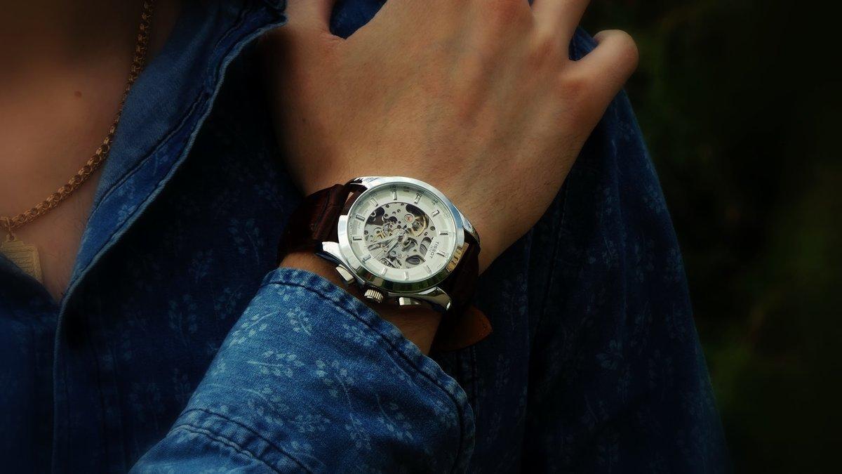 Приснилось, что папа, который умер, подарил мне и трем моим дочкам и внучке ручные часы.