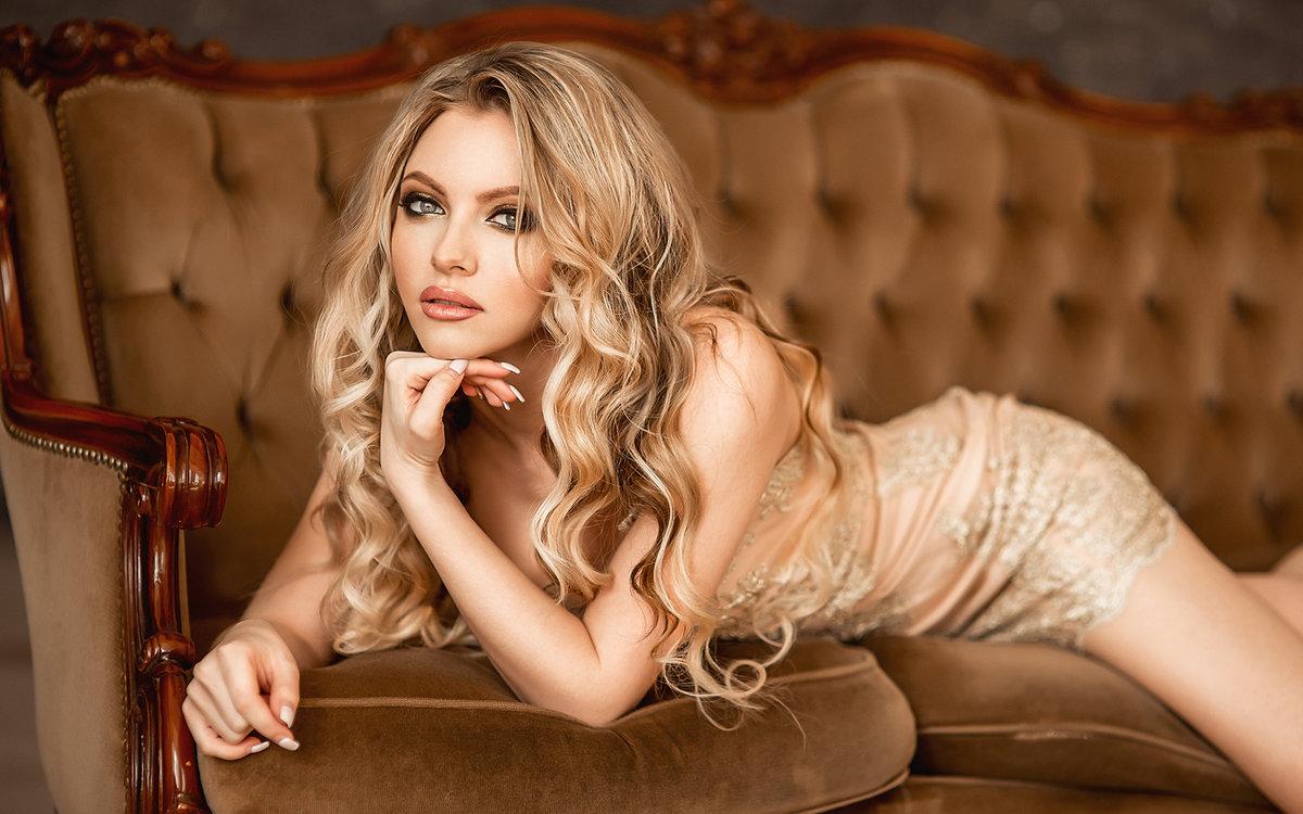 Красивая блондинка в роскошном доме, страпон санни леоне