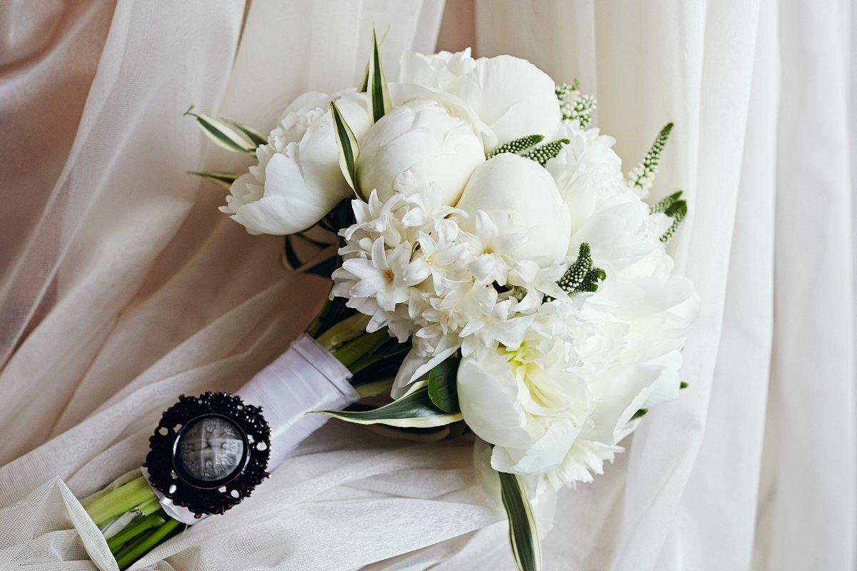 Букет свадебный из белых пионов