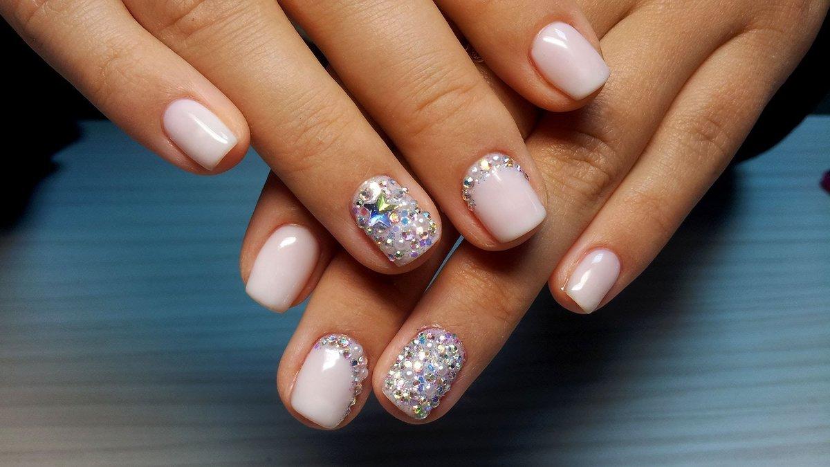 Дизайн ногтей камушками и бульонками – лаконичный и утонченный дизайн ногтей стразами.