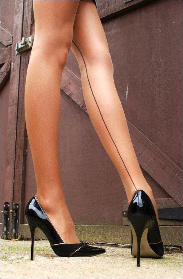 Женские ножки трогательные
