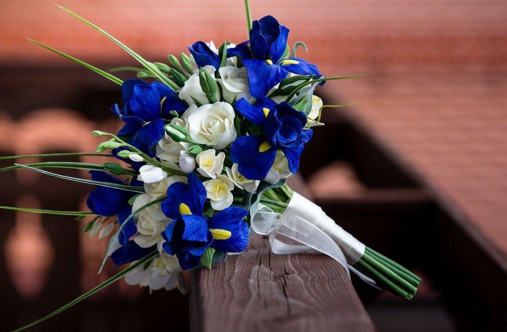 Невесты щелковской, свадебный букет голубые ирисов и роз