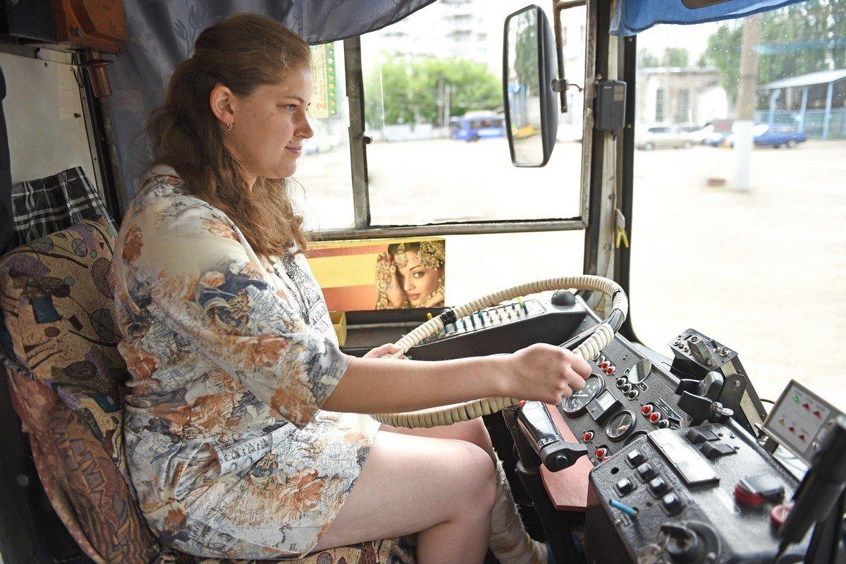 video-avtobus-devushka