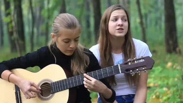 Парень песню поет о девчонке одной