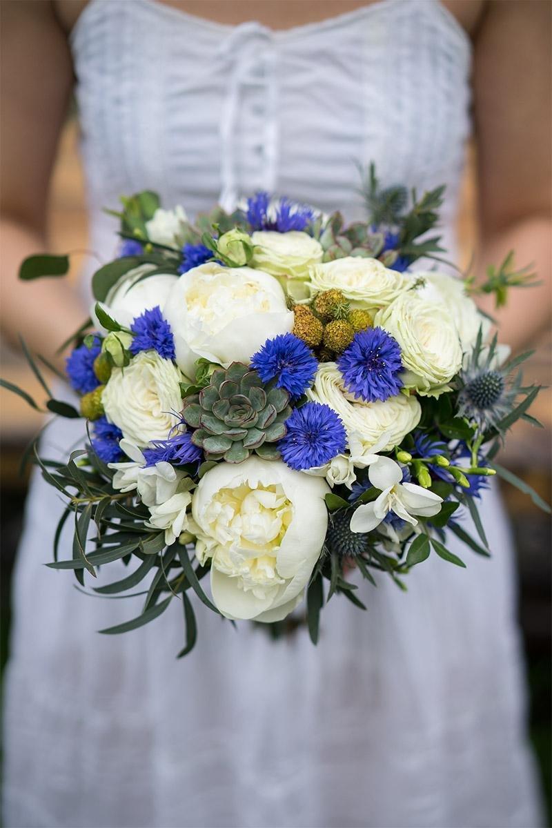 Букет для крупной невесты из пионовидных роз цветы