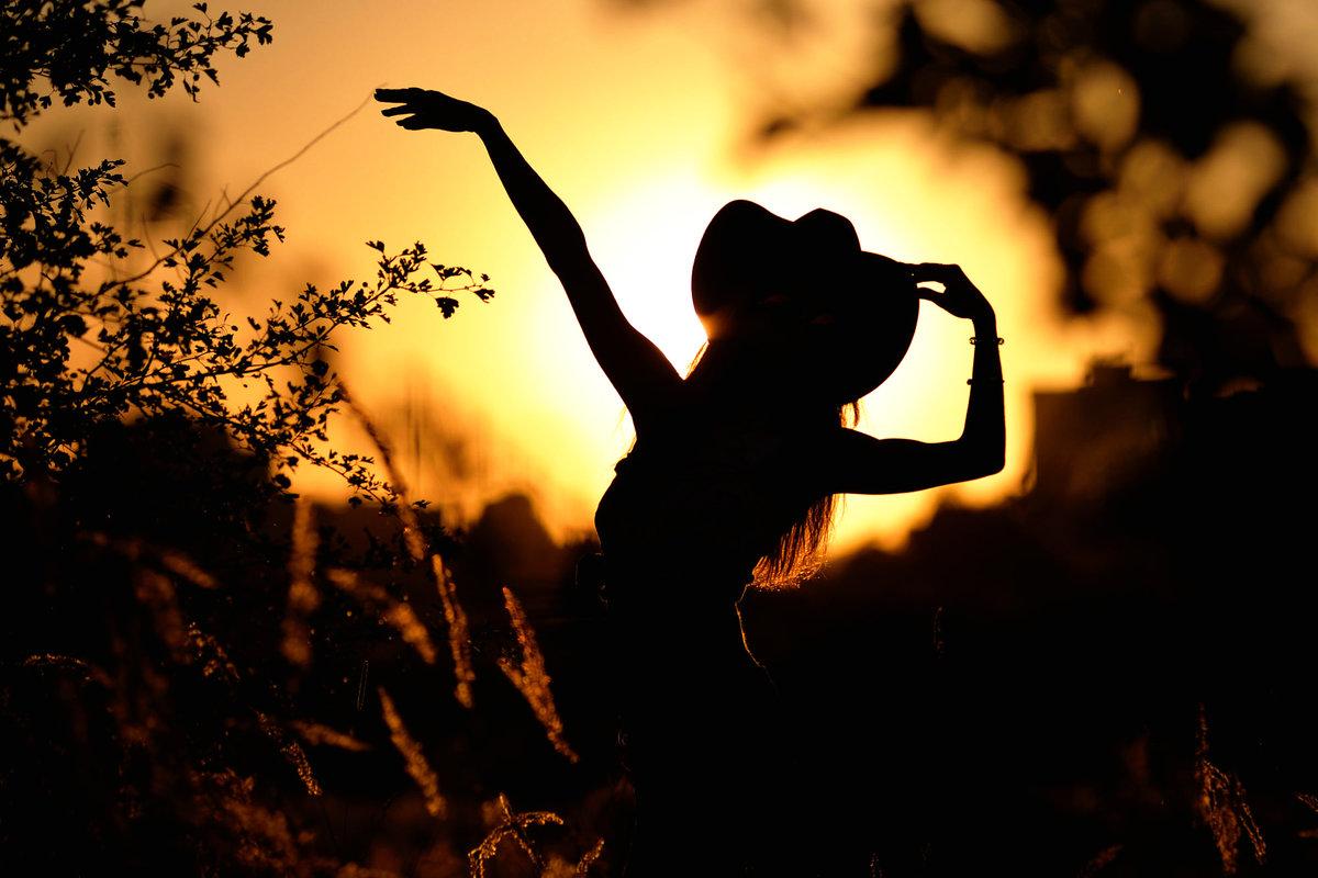 тут брюнетка танцует на фоне гор женщин паразиты
