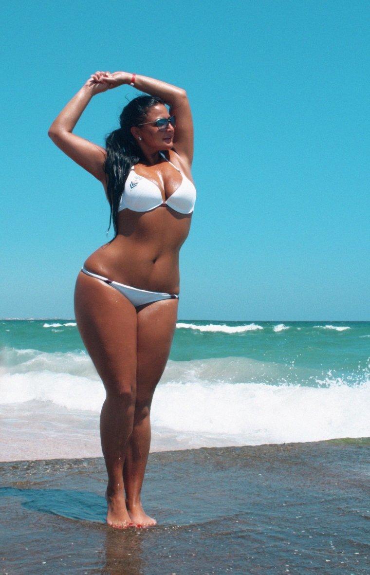 женщины на пляже с широкими бедрами заканчиваются