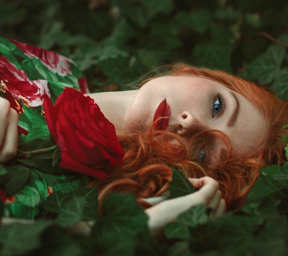 Фото рыжих девушек нюхающих цветы