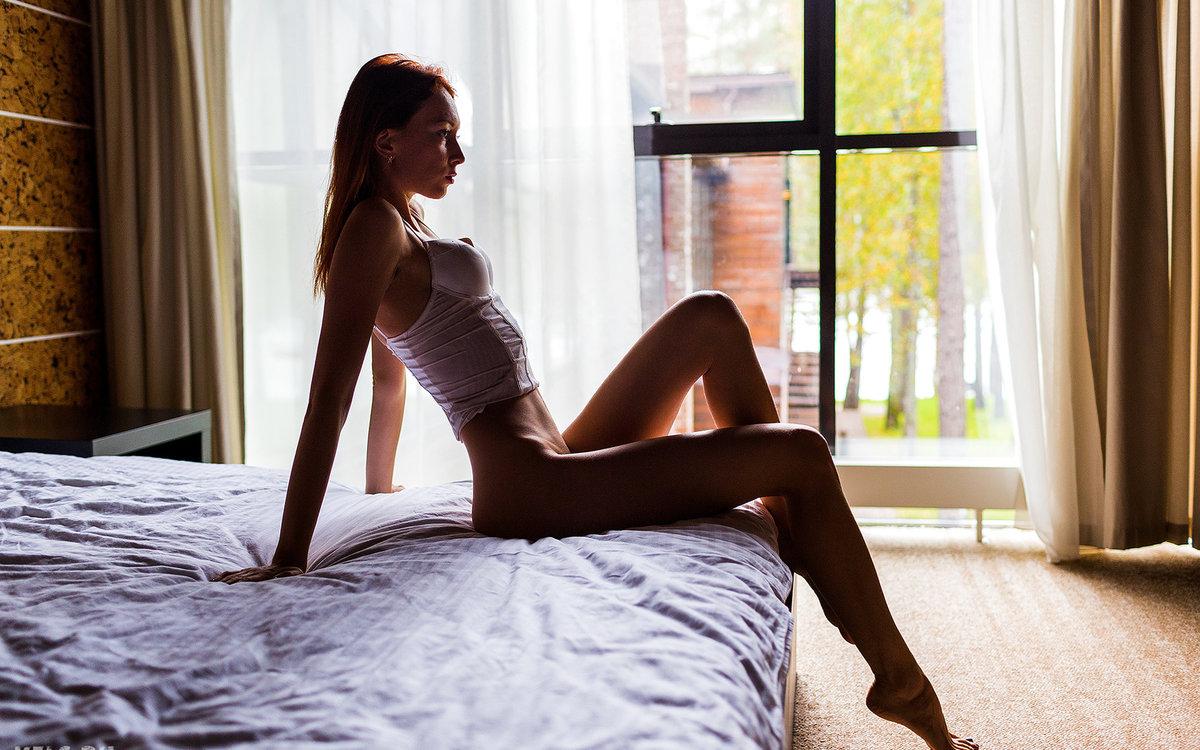 Марина на кровати фото поза