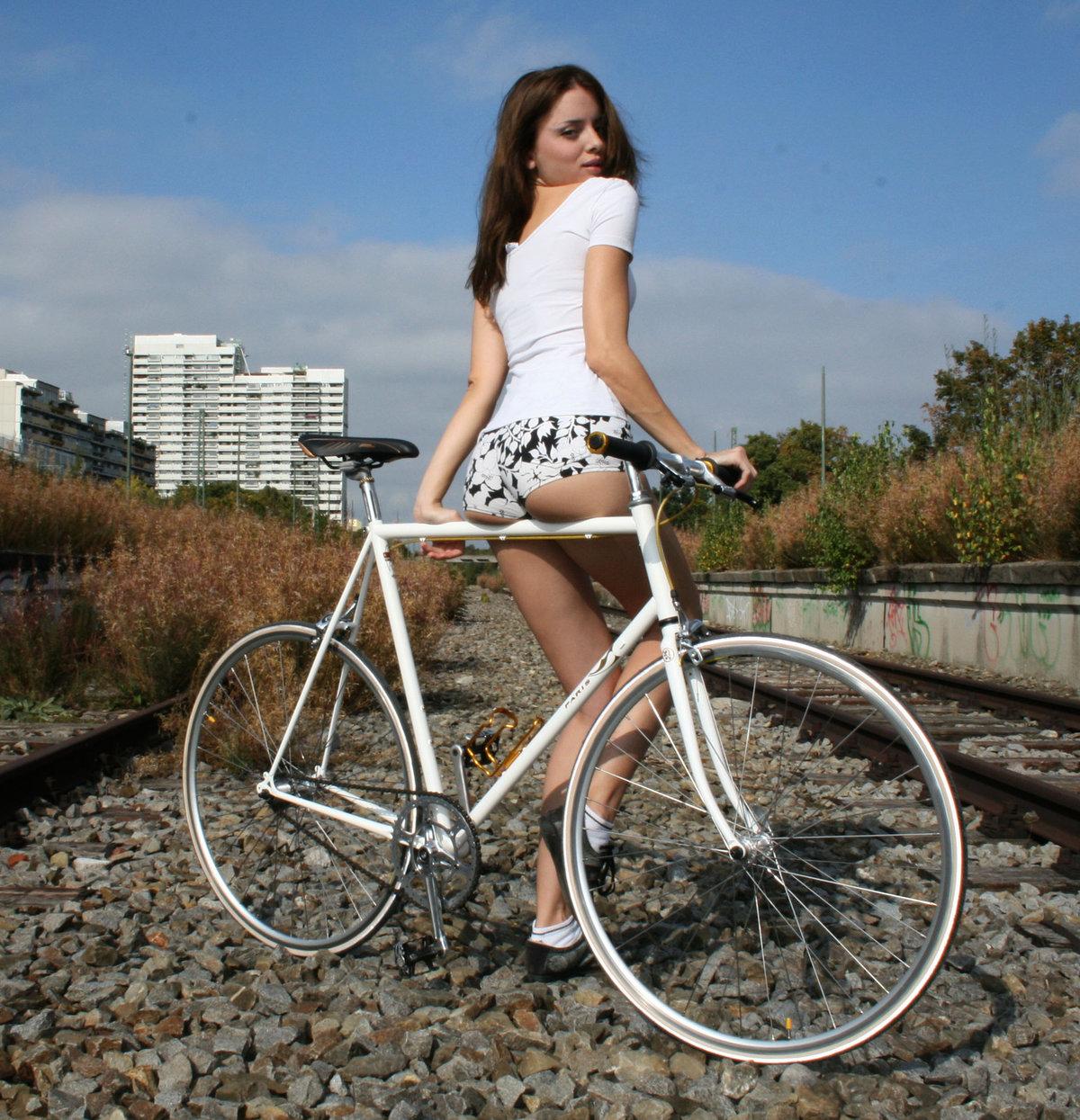 girl-masterbates-on-bike