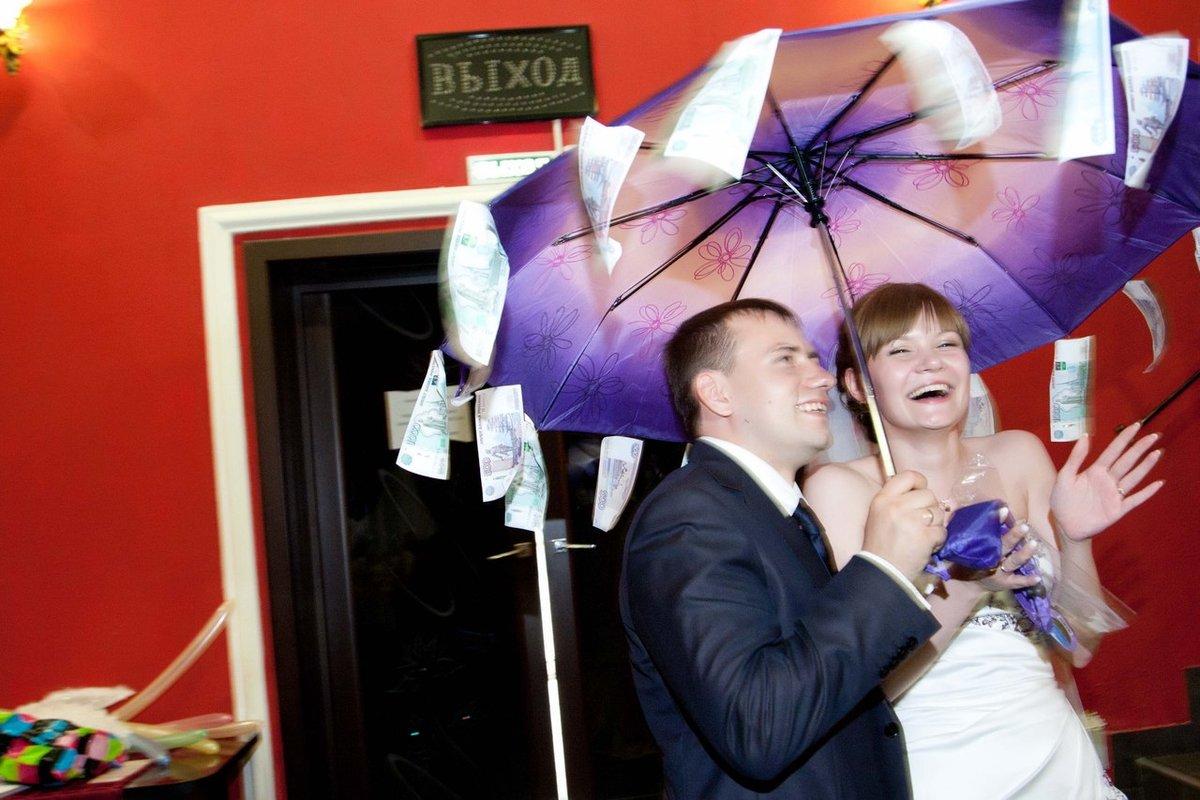 поздравление на свадьбу с зонтом и деньгами рядом железнодорожной станцией