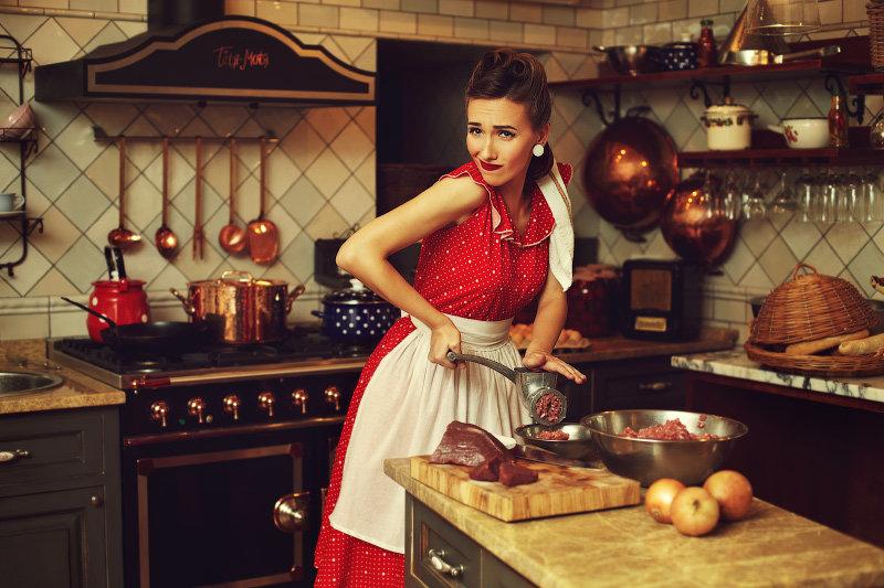 Картинка прикол девушка готовить