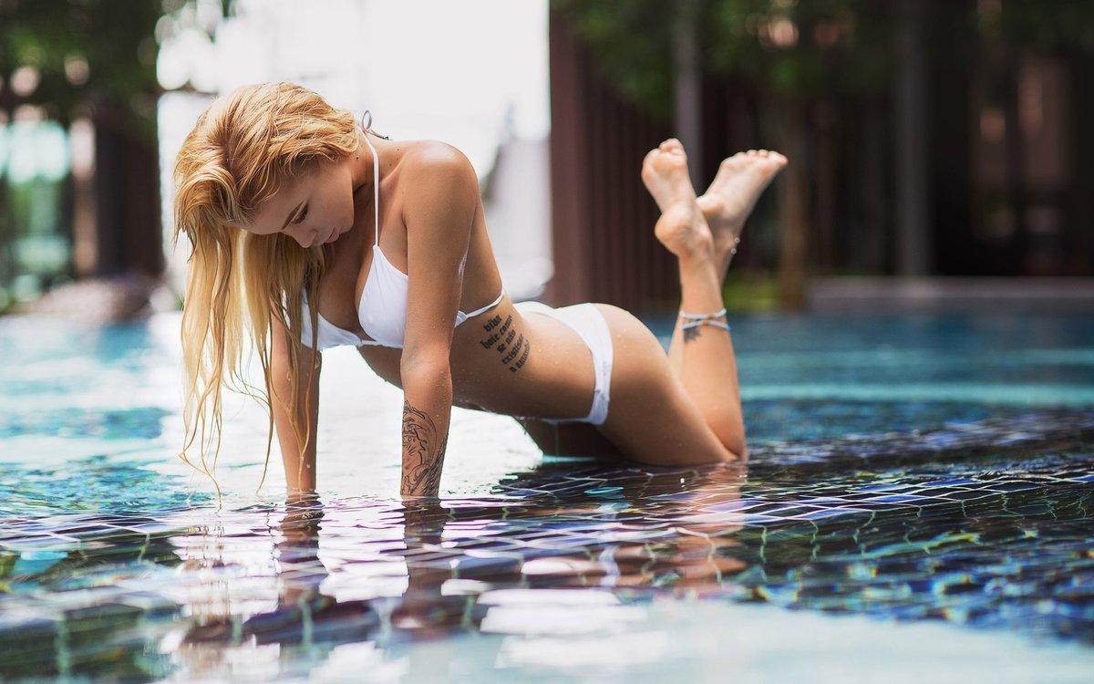 blondinka-kupaetsya-v-basseyne-sisyastaya-ukrainka-foto