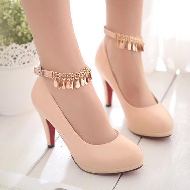 37 карточек в коллекции «Женские бежевые туфли на каблуке  на ногах ... b4ef09396fa85