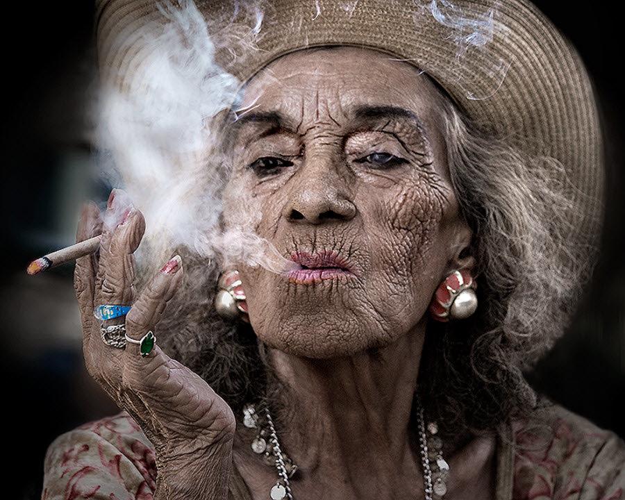 Бабы старые курят