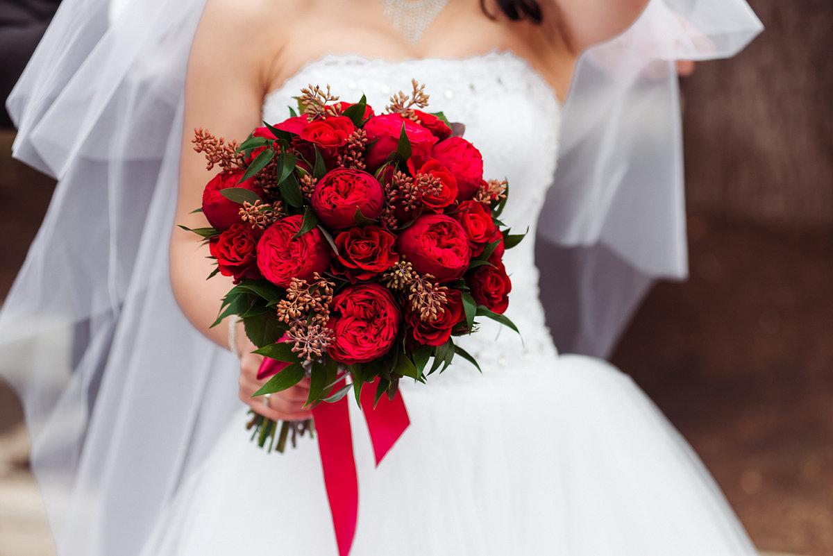 Свадебный букет зелено-красный, букет золотистых каллы