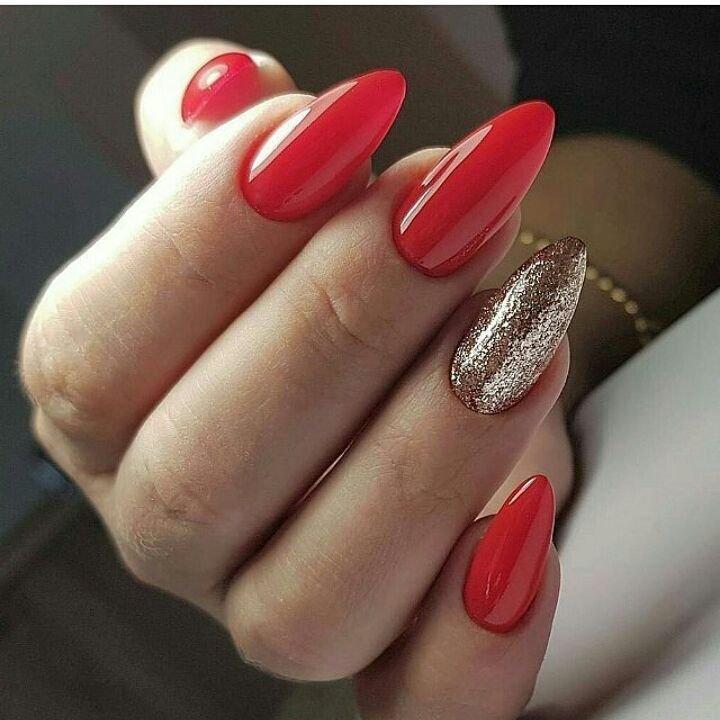 Яркий маникюр на коротких ногтях смотрится красиво, если не наносить сложные узоры с большим количеством блесток.