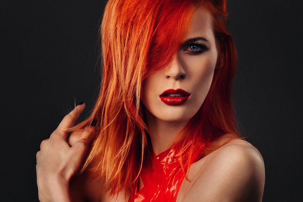 Девушка с огненными волосами картинка